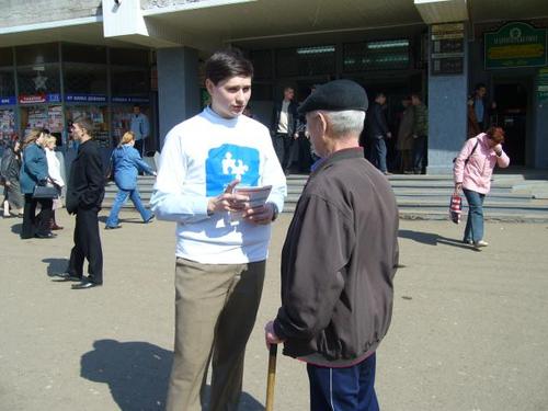 2042-koordinator-associacii-golos-sergej-kiselev-prosveschaet-veterana-vov