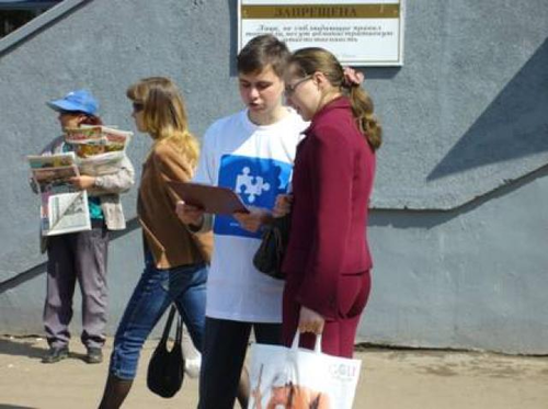 2043-volonter-oprashivaet-prohozhih