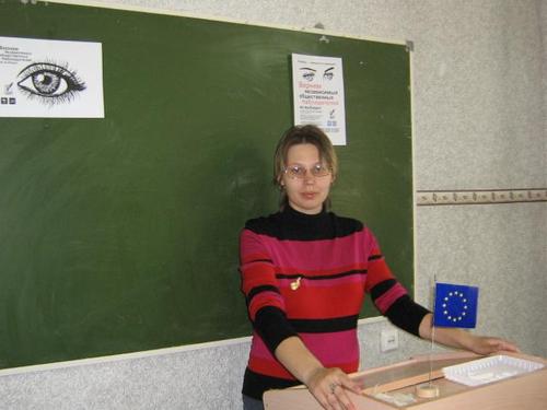2045-alena-zhilkina-vystupaet-pered-sobravshimisya-aktivistami-shaga